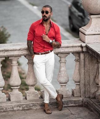 Wie kombinieren: rotes Langarmhemd, weiße Chinohose, braune Wildleder Slipper mit Quasten, brauner Ledergürtel