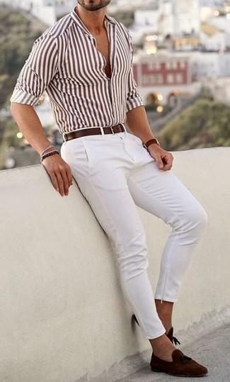Weißes vertikal gestreiftes Langarmhemd kombinieren: trends 2020: Entscheiden Sie sich für ein weißes vertikal gestreiftes Langarmhemd und eine weiße Chinohose für ein großartiges Wochenend-Outfit. Fühlen Sie sich mutig? Entscheiden Sie sich für braunen Wildleder Slipper mit Quasten.