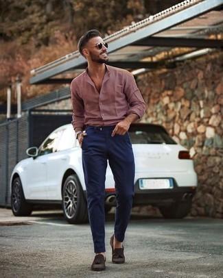 Dunkelbraune Wildleder Slipper mit Quasten kombinieren: trends 2020: Paaren Sie ein rosa Langarmhemd mit einer dunkelblauen Chinohose für ein großartiges Wochenend-Outfit. Fühlen Sie sich mutig? Wählen Sie dunkelbraunen Wildleder Slipper mit Quasten.