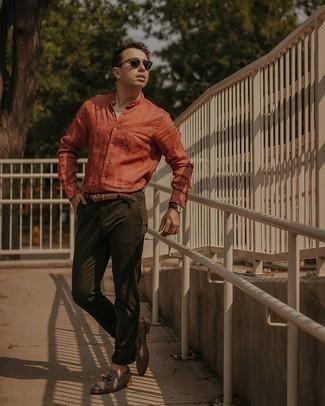 30 Jährige: Smart-Casual Outfits Herren 2020: Vereinigen Sie ein orange Leinen Langarmhemd mit einer olivgrünen Chinohose für ein sonntägliches Mittagessen mit Freunden. Fühlen Sie sich ideenreich? Ergänzen Sie Ihr Outfit mit grauen Segeltuch Slippern mit Quasten.