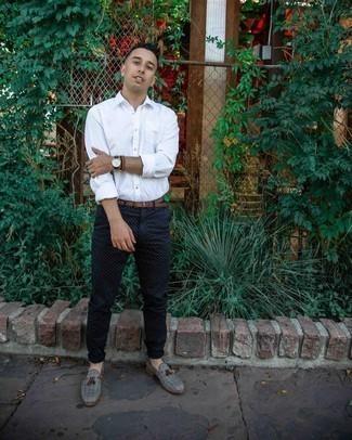 Weißes Langarmhemd kombinieren – 500+ Herren Outfits: Kombinieren Sie ein weißes Langarmhemd mit einer dunkelblauen gepunkteten Chinohose für ein großartiges Wochenend-Outfit. Fühlen Sie sich ideenreich? Ergänzen Sie Ihr Outfit mit grauen Segeltuch Slippern mit Quasten.