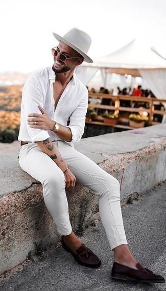 Smart-Casual heiß Wetter Outfits Herren 2021: Entscheiden Sie sich für ein weißes Leinen Langarmhemd und eine weiße Chinohose für einen bequemen Alltags-Look. Vervollständigen Sie Ihr Outfit mit dunkelbraunen Leder Slippern mit Quasten, um Ihr Modebewusstsein zu zeigen.
