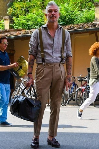 50 Jährige: Hosenträger kombinieren – 31 Herren Outfits: Ein graues Leinen Langarmhemd und ein Hosenträger sind eine perfekte Wochenend-Kombination. Dunkelbraune Leder Slipper mit Quasten putzen umgehend selbst den bequemsten Look heraus.