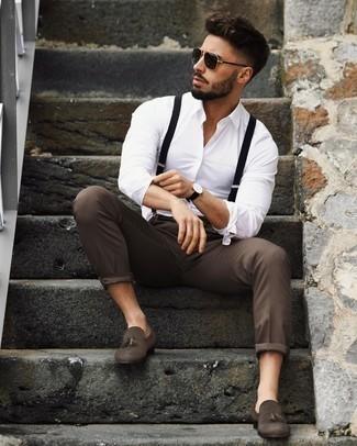 Hosenträger kombinieren – 355 Herren Outfits: Ein weißes Langarmhemd und ein Hosenträger sind eine ideale Outfit-Formel für Ihre Sammlung. Vervollständigen Sie Ihr Outfit mit dunkelbraunen Wildleder Slippern mit Quasten, um Ihr Modebewusstsein zu zeigen.