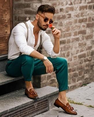 Hosenträger kombinieren – 355 Herren Outfits: Ein weißes Langarmhemd und ein Hosenträger sind eine perfekte Outfit-Formel für Ihre Sammlung. Setzen Sie bei den Schuhen auf die klassische Variante mit braunen Leder Slippern mit Quasten.