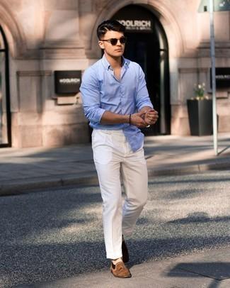 Weiße Chinohose kombinieren – 500+ Herren Outfits: Kombinieren Sie ein hellblaues Langarmhemd mit einer weißen Chinohose für ein sonntägliches Mittagessen mit Freunden. Machen Sie Ihr Outfit mit braunen Wildleder Slippern mit Quasten eleganter.