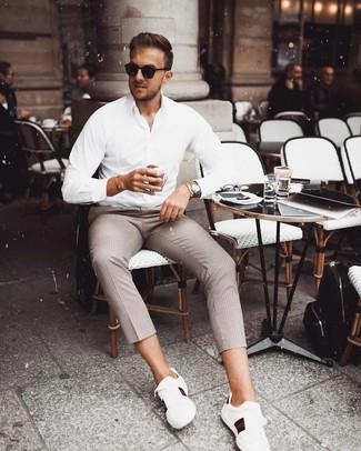 Wie kombinieren: weißes Langarmhemd, braune Chinohose mit Karomuster, schwarze Sonnenbrille, silberne Uhr