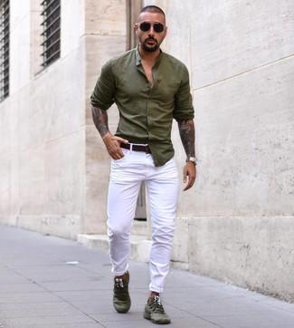Wie kombinieren: olivgrünes Langarmhemd, weiße Chinohose, olivgrüne Sportschuhe, dunkelbrauner Ledergürtel