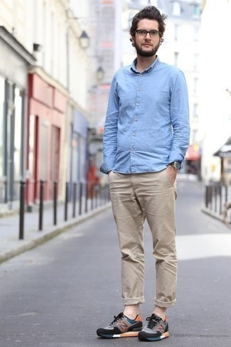Mehrfarbige Sportschuhe kombinieren: trends 2020: Kombinieren Sie ein hellblaues Chambray Langarmhemd mit einer beige Chinohose, um einen lockeren, aber dennoch stylischen Look zu erhalten. Wenn Sie nicht durch und durch formal auftreten möchten, vervollständigen Sie Ihr Outfit mit mehrfarbigen Sportschuhen.