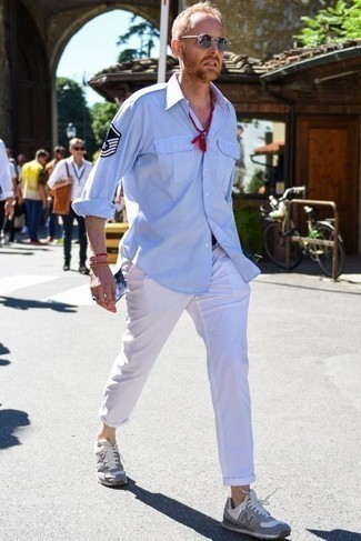 Silberne Sonnenbrille kombinieren: trends 2020: Entscheiden Sie sich für ein hellblaues Langarmhemd und eine silberne Sonnenbrille für einen entspannten Wochenend-Look. Vervollständigen Sie Ihr Look mit grauen Sportschuhen.