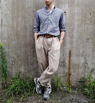 Dunkelblaues und grünes Langarmhemd mit Schottenmuster kombinieren – 246 Herren Outfits: Tragen Sie ein dunkelblaues und grünes Langarmhemd mit Schottenmuster und eine hellbeige Chinohose, um mühelos alles zu meistern, was auch immer der Tag bringen mag. Machen Sie diese Aufmachung leger mit grauen Sportschuhen.
