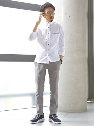 Transparente Sonnenbrille kombinieren – 500+ Herren Outfits: Entscheiden Sie sich für Komfort in einem weißen Langarmhemd und einer transparenten Sonnenbrille. Dieses Outfit passt hervorragend zusammen mit dunkelblauen und weißen Sportschuhen.