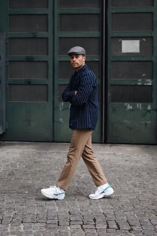 Graue Schiebermütze kombinieren – 270 Herren Outfits: Für ein bequemes Couch-Outfit, vereinigen Sie ein dunkelblaues vertikal gestreiftes Langarmhemd mit einer grauen Schiebermütze. Fühlen Sie sich mutig? Wählen Sie weißen Sportschuhe.