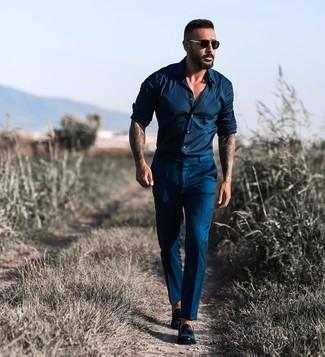 Wie kombinieren: dunkelblaues Langarmhemd, dunkelblaue Anzughose, schwarze Leder Slipper mit Quasten, schwarze Sonnenbrille
