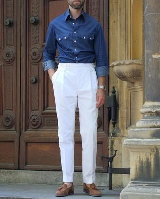 Dunkelblaues Chambray Langarmhemd kombinieren – 500+ Herren Outfits: Kombinieren Sie ein dunkelblaues Chambray Langarmhemd mit einer weißen Anzughose, um vor Klasse und Perfektion zu strotzen. Braune Wildleder Slipper mit Quasten sind eine großartige Wahl, um dieses Outfit zu vervollständigen.