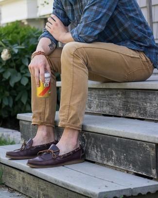 Braunes Armband kombinieren – 500+ Herren Outfits: Für ein bequemes Couch-Outfit, kombinieren Sie ein dunkelblaues Langarmhemd mit Schottenmuster mit einem braunen Armband. Fühlen Sie sich ideenreich? Komplettieren Sie Ihr Outfit mit dunkelroten Leder Bootsschuhen.