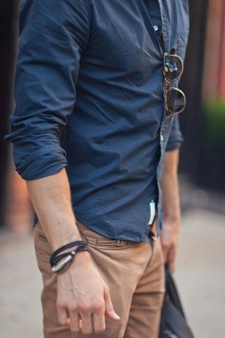 Beige hose braunes hemd