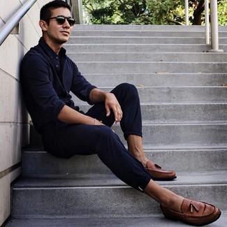 Wie kombinieren: dunkelblaues Langarmhemd, dunkelblaue Chinohose, braune Leder Slipper mit Quasten, schwarze Sonnenbrille
