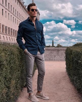 Wie kombinieren: dunkelblaues Langarmhemd, graue Chinohose mit Schottenmuster, graue Wildleder niedrige Sneakers, dunkelblaue Sonnenbrille