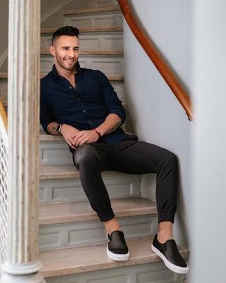 Wie kombinieren: dunkelblaues Langarmhemd, schwarze Chinohose, schwarze Slip-On Sneakers aus Leder, schwarze Lederuhr
