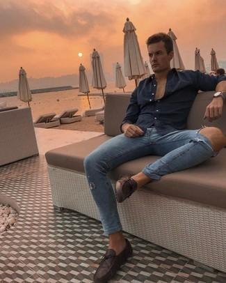 Lässige Outfits Herren 2021: Für ein bequemes Couch-Outfit, paaren Sie ein dunkelblaues Langarmhemd mit blauen engen Jeans mit Destroyed-Effekten. Dunkelbraune Leder Mokassins bringen Eleganz zu einem ansonsten schlichten Look.