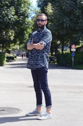 Wie kombinieren: dunkelblaues bedrucktes Langarmhemd, dunkelblaue enge Jeans, hellblaue niedrige Sneakers, schwarze und blaue Sonnenbrille