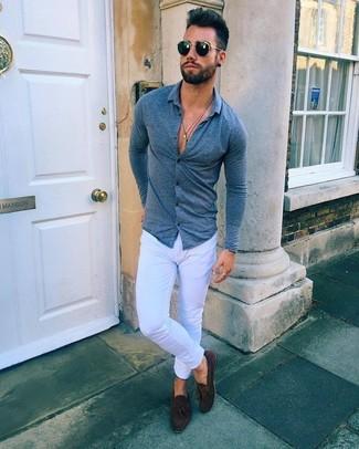 Wie kombinieren: dunkelblaues Langarmhemd, weiße enge Jeans, dunkelbraune Wildleder Slipper mit Quasten, schwarze Sonnenbrille
