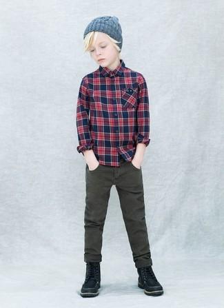 Wie kombinieren: dunkelblaues Langarmhemd mit Schottenmuster, olivgrüne Jeans, schwarze Stiefel, graue Mütze