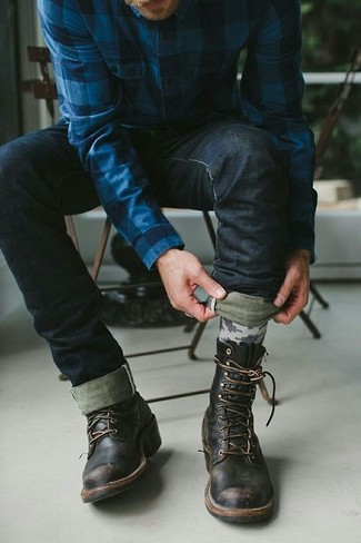 Entscheiden Sie sich für ein dunkelblaues Langarmhemd mit Schottenmuster und schwarzen Jeans für ein Alltagsoutfit, das Charakter und Persönlichkeit ausstrahlt. Vervollständigen Sie Ihr Outfit mit einer schwarzen lederfreizeitstiefeln, um Ihr Modebewusstsein zu zeigen.