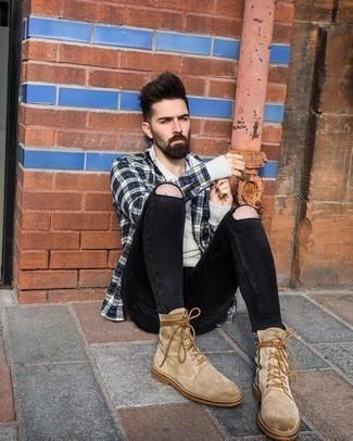 Schwarze enge Jeans mit Destroyed-Effekten kombinieren – 500+ Herren Outfits: Erwägen Sie das Tragen von einem dunkelblauen Flanell Langarmhemd mit Schottenmuster und schwarzen engen Jeans mit Destroyed-Effekten für einen entspannten Wochenend-Look. Heben Sie dieses Ensemble mit einer beige Wildlederfreizeitstiefeln hervor.