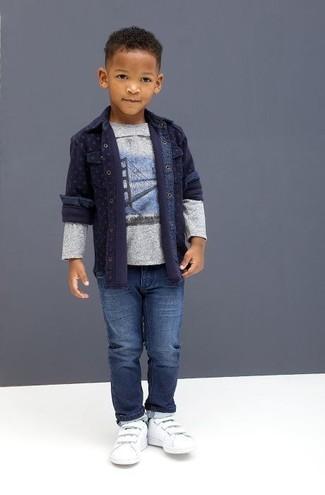 Wie kombinieren: dunkelblaues Jeanslangarmhemd, graues bedrucktes Langarmshirt, blaue Jeans, weiße Turnschuhe