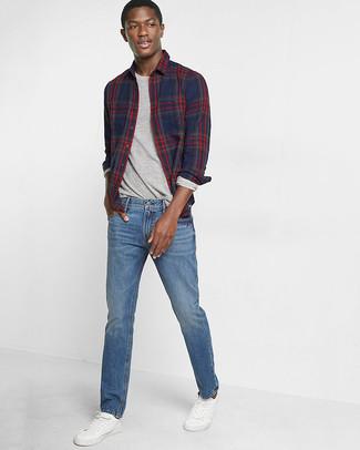 Wie kombinieren: dunkelblaues Langarmhemd mit Schottenmuster, graues Langarmshirt, blaue Jeans, weiße Leder niedrige Sneakers