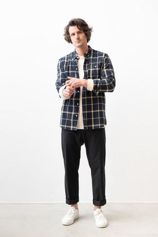 Wie kombinieren: dunkelblaues Flanell Langarmhemd mit Karomuster, weißes Langarmshirt mit einer Knopfleiste, schwarze Chinohose, weiße Leder niedrige Sneakers