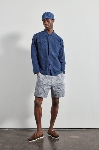 Bootsschuhe kombinieren – 590+ Herren Outfits: Kombinieren Sie ein dunkelblaues Langarmhemd mit grauen bedruckten Shorts, um mühelos alles zu meistern, was auch immer der Tag bringen mag. Bootsschuhe sind eine großartige Wahl, um dieses Outfit zu vervollständigen.