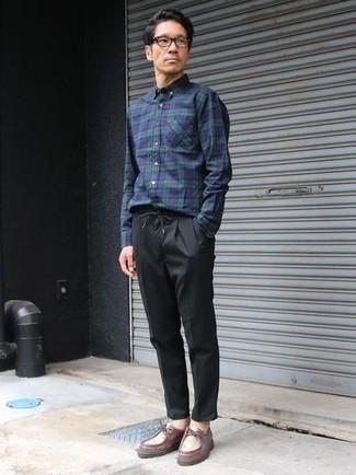 Dunkelblaues und grünes Langarmhemd mit Schottenmuster kombinieren – 115 Casual Herren Outfits: Tragen Sie ein dunkelblaues und grünes Langarmhemd mit Schottenmuster und eine schwarze Chinohose für einen bequemen Alltags-Look. Fühlen Sie sich mutig? Wählen Sie dunkelroten Chukka-Stiefel aus Leder.