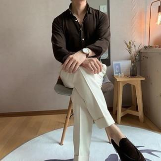 Weiße Anzughose kombinieren – 362 Herren Outfits: Kombinieren Sie ein dunkelbraunes Langarmhemd mit einer weißen Anzughose für eine klassischen und verfeinerte Silhouette. Ergänzen Sie Ihr Look mit dunkelbraunen Wildleder Slippern.