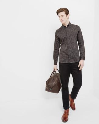 Braune Leder Reisetasche kombinieren: trends 2020: Für ein bequemes Couch-Outfit, paaren Sie ein dunkelbraunes Langarmhemd mit Blumenmuster mit einer braunen Leder Reisetasche. Fühlen Sie sich ideenreich? Entscheiden Sie sich für braunen Brogue Stiefel aus Leder.