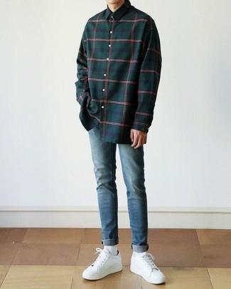 Blaue enge Jeans kombinieren: trends 2020: Ein dunkelgrünes Langarmhemd mit Schottenmuster und blaue enge Jeans sind eine kluge Outfit-Formel für Ihre Sammlung. Ergänzen Sie Ihr Outfit mit weißen Leder niedrigen Sneakers, um Ihr Modebewusstsein zu zeigen.