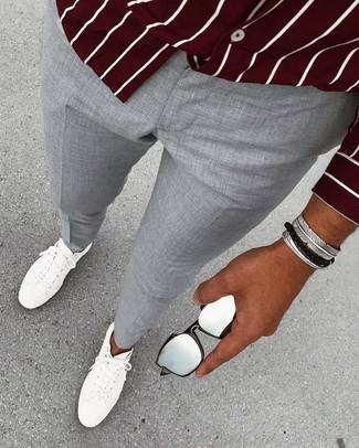 Wie kombinieren: dunkelrotes vertikal gestreiftes Langarmhemd, graue Anzughose, weiße Leder niedrige Sneakers, silbernes Armband