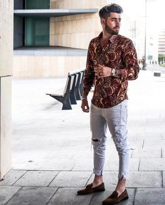 Wie kombinieren: dunkelrotes Langarmhemd mit Blumenmuster, graue enge Jeans mit Destroyed-Effekten, dunkelbraune Wildleder Slipper mit Quasten, silbernes Armband