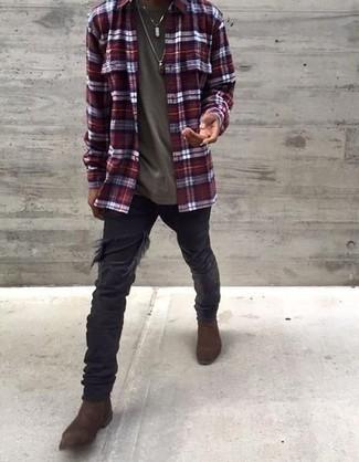 Herren Outfits 2021: Erwägen Sie das Tragen von einem dunkelroten Langarmhemd mit Schottenmuster und schwarzen Jeans mit Destroyed-Effekten für einen entspannten Wochenend-Look. Fühlen Sie sich mutig? Entscheiden Sie sich für dunkelbraunen Chelsea Boots aus Wildleder.