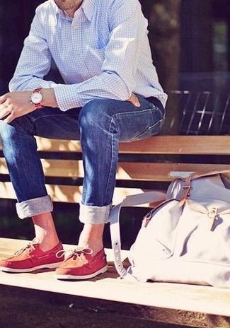Wie kombinieren: hellblaues Langarmhemd mit Vichy-Muster, blaue enge Jeans, rote Leder Bootsschuhe, weißer Segeltuch Rucksack