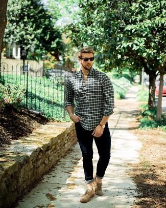 Wie kombinieren: mehrfarbiges Langarmhemd mit Schottenmuster, dunkelblaue enge Jeans, braune Wildleder Brogues, schwarze Sonnenbrille