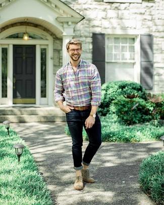 Wie kombinieren: mehrfarbiges Langarmhemd mit Schottenmuster, dunkelblaue enge Jeans, braune Wildleder Brogues, brauner Ledergürtel