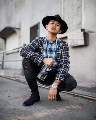 Schwarze enge Jeans mit Destroyed-Effekten kombinieren – 500+ Herren Outfits: Für ein bequemes Couch-Outfit, vereinigen Sie ein dunkelgraues Langarmhemd mit Schottenmuster mit schwarzen engen Jeans mit Destroyed-Effekten. Fühlen Sie sich mutig? Wählen Sie dunkelblauen Chelsea Boots aus Wildleder.