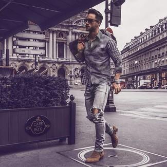 Dunkelbraune Leder Reisetasche kombinieren: Paaren Sie ein dunkelblaues und weißes Langarmhemd mit Vichy-Muster mit einer dunkelbraunen Leder Reisetasche für einen entspannten Wochenend-Look. Fügen Sie braunen Chelsea-Stiefel aus Wildleder für ein unmittelbares Style-Upgrade zu Ihrem Look hinzu.