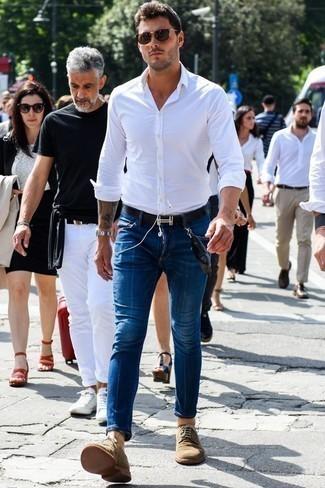 Dunkelbraune Sonnenbrille kombinieren: trends 2020: Für ein bequemes Couch-Outfit, erwägen Sie das Tragen von einem weißen Langarmhemd und einer dunkelbraunen Sonnenbrille. Fühlen Sie sich mutig? Komplettieren Sie Ihr Outfit mit beige Wildleder Derby Schuhen.