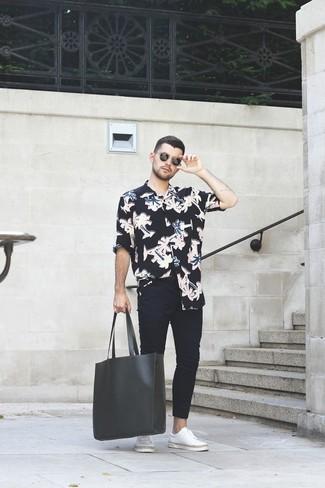 Wie kombinieren: schwarzes Langarmhemd mit Blumenmuster, schwarze enge Jeans, weiße Leder niedrige Sneakers, schwarze Shopper Tasche aus Leder