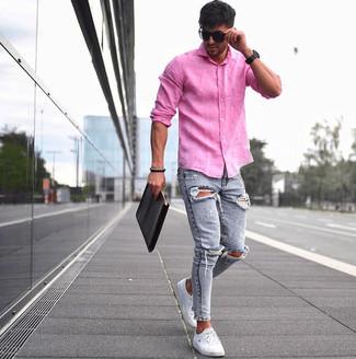 Wie kombinieren: fuchsia Leinen Langarmhemd, hellblaue enge Jeans mit Destroyed-Effekten, weiße niedrige Sneakers, schwarze Leder Clutch Handtasche
