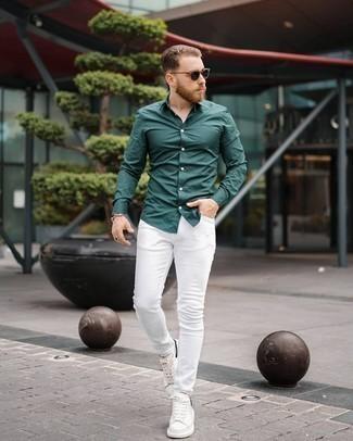 Weiße Leder niedrige Sneakers kombinieren – 500+ Herren Outfits: Kombinieren Sie ein dunkelgrünes Langarmhemd mit weißen engen Jeans für ein großartiges Wochenend-Outfit. Ergänzen Sie Ihr Look mit weißen Leder niedrigen Sneakers.